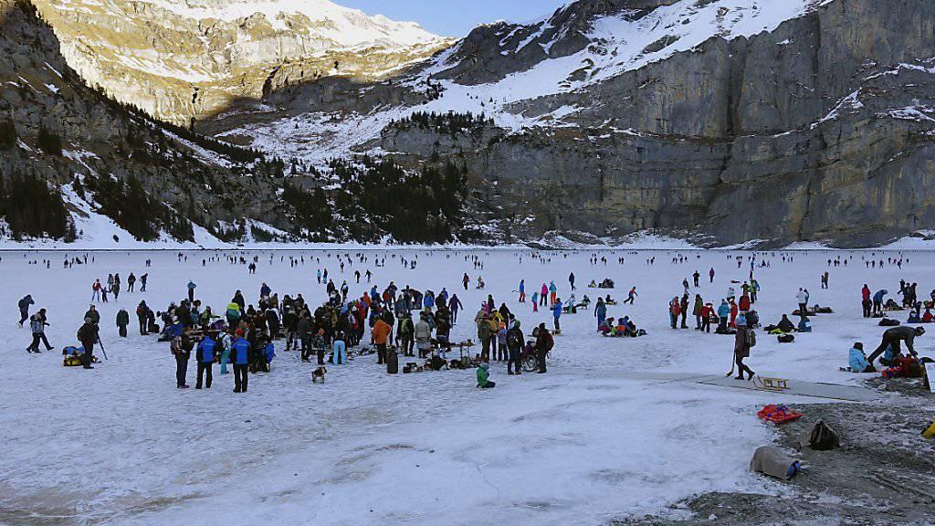 In den vergangenen beiden Jahren wanderten tausende Menschen zum gefrorenen Oeschinensee im Berner Kandertal zum Schlittschuhlaufen. (Archiv)