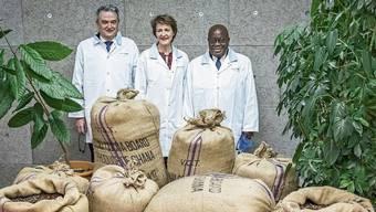 Coop-Chef Joos Sutter (links) zeigte dem hohen Gast aus Ghana und Bundesrätin Simonetta Sommaruga die Halba-Schokoladenfabrik. Es wurde auch gekostet.