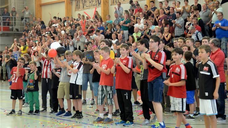 Das Publikum applaudiert der Mannschaft nach dem Spiel trotz Unklarheit über den Aufstieg.