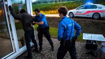 Polizei ertappt Einbrecherin auf frischer Tat (Symbolbild).