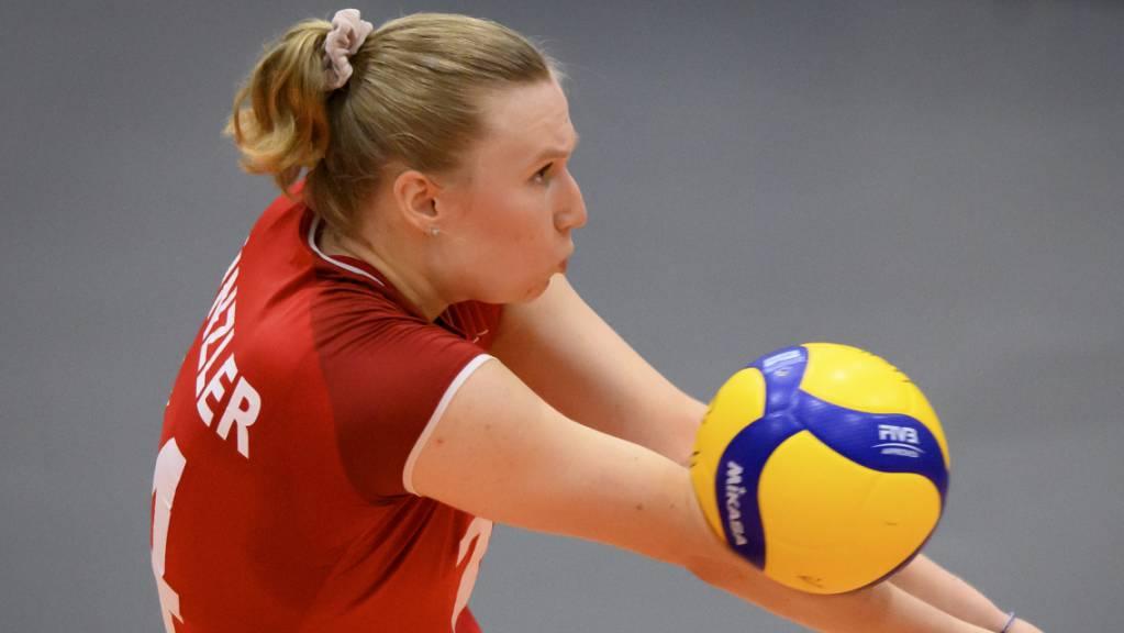 Die Schweizer Volleyballerinnen um Captain Laura Künzler verabschiedeten sich mit einer Niederlage gegen Italien von der EM. (Archivbild)