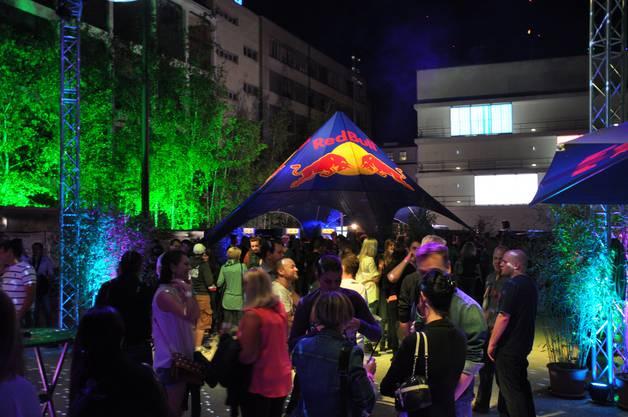 Rund 1000 Partygänger trinken und tanzen am Samstagabend zusammen