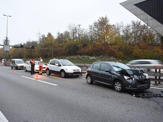Auf der Autobahn A14 im Osten von Luzern haben sich am Freitagmorgen drei Auffahrunfälle mit zehn beteiligten Autos ereignet. Eine Person wurde leicht verletzt. Der Sachschaden beträgt knapp 50'000 Franken. – Im Bild: Einer der drei Auffahrunfälle, die sich am Morgen auf der Autobahn Luzern-Zug ereignet haben.