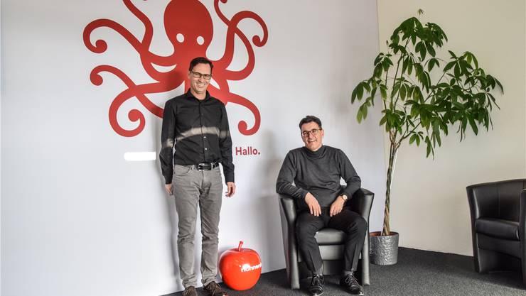 André Stutz (links) und André Richner vor dem neuen Logo.