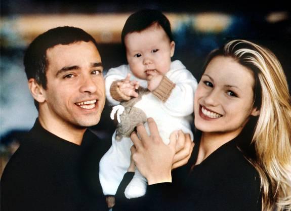 Eros Ramazzotti und Michelle Hunziker – im Bild 1997 mit Töchterchen Aurora – waren elf Jahre lang verheiratet. Mit Nachdruck betonte das Management des Sängers, dass Fragen zur Ehe mit der Bernerin und ihrer Sektenvergangenheit (die sie kürzlich publik machte) bei diesem Gespräch nicht erwünscht seien.