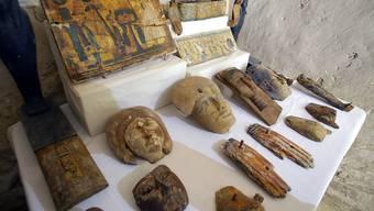 Funde aus dem Grab des Chef-Mumifizierers in der Totenstadt Al-Asasif bei Luxor.