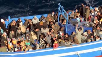 Hoffnungslos überladenes Flüchtlingsboot (Archiv)
