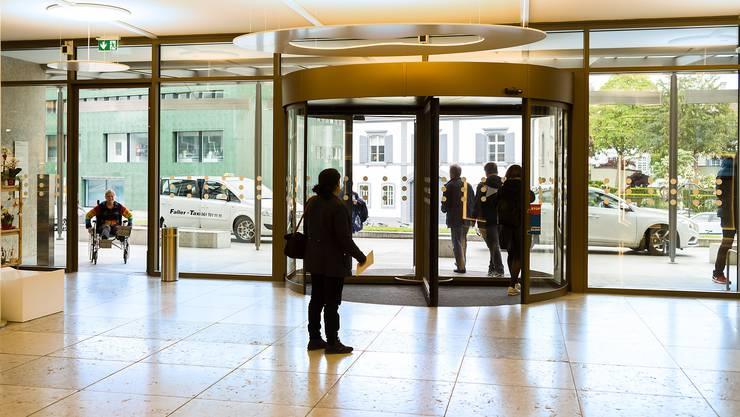 Die neue Eingangstüre beim Universitätsspital sorgt für Ärger und Mehraufwand: Weil Rollstuhlfahrer die Drehtüre nicht passieren können, müssen sie durch eigentliche Notfalltüren eingelassen werden.