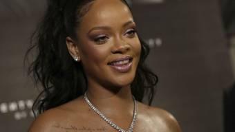 Die Tattoo-Künstler, bei denen sich Rihanna stechen lässt, arbeiten vorüber gratis - allerdings mit Werbebotschaft. (Archivbild)