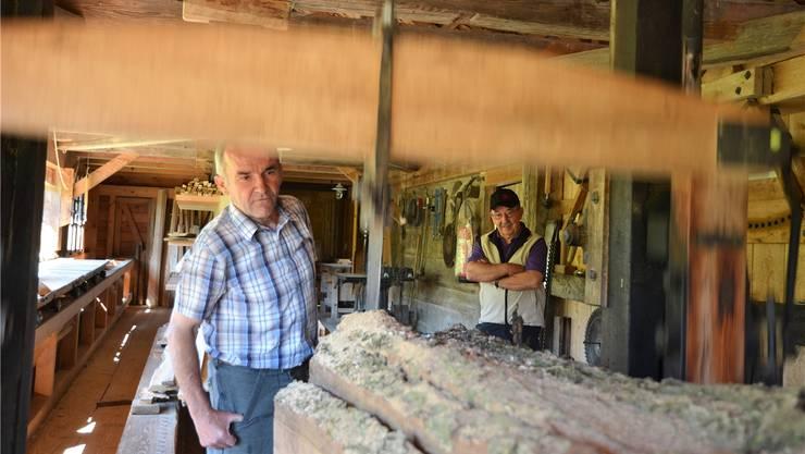 Säger Martin Köchli schaut genau hin, wie sich das Sägeblatt durch den alten Holzstamm frisst. Er zeigt und erklärt die Sagi gerne auch Besucherinnen und Besuchern.
