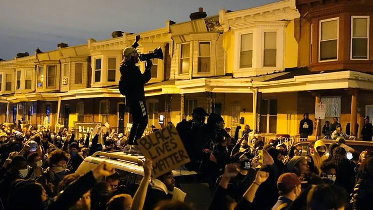 dpatopbilder - Demonstranten versammeln sich zu einem Protestmarsch nach dem Tod von Walter Wallace. Polizisten in der Stadt Philadelphia im US-Bundesstaat Pennsylvania haben am 26. Oktober den 27-jährigen Schwarzen erschossen. Foto: Matt Slocum/AP/dpa