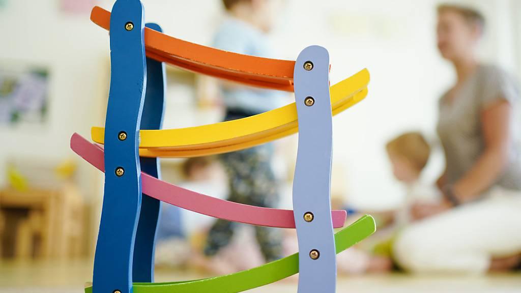 Eine Kommission des Luzerner Stadtparlaments will Eltern, die ihre Kinder extern betreuen lassen, stärker unterstützen. (Symbolbild)