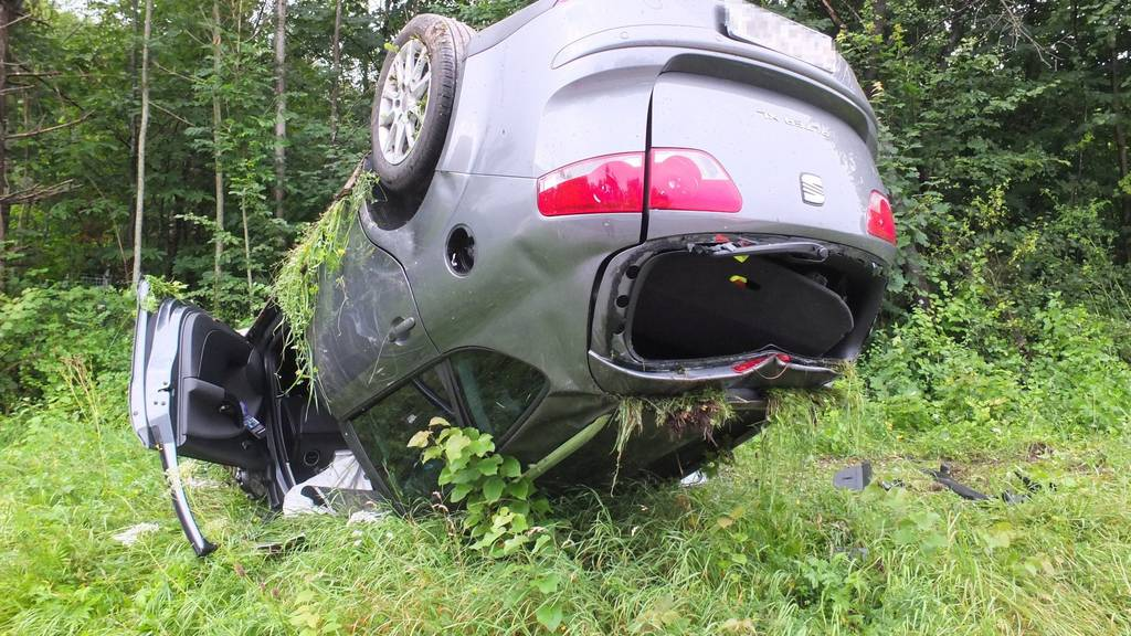 Das Auto überschlug sich nach einer Kollision.