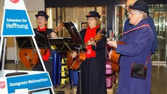 Die Heilsarmee am Samstag im Bärenmarkt: Am Ende verhalf Coop den Sängern zu mehr Spendeneinnahmen.