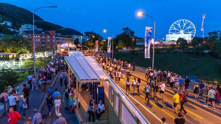 Blick ins Festgebiet ennet der Hochbrücke mit Riesenrad und weiteren Festbeizen.