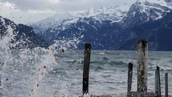 Der Föhn hat die Schweiz auch am Montag stark aufgewirbelt. In Isleten am Urnersee wurden Böen von 140 Kilometern pro Stunde gemessen. (Archivbild)