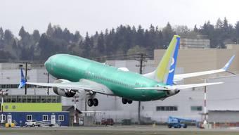 Boeing ist laut Konzernchef Dennis Muilenburg mit den Arbeiten zum Software-Update für das nach den Abstürzen gesperrte Flugzeugmodell 737 MAX auf Kurs. Allerdings darf das Flugzeug nach wie vor nicht abheben.(Archivbild)