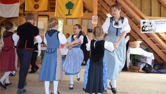 Käthi Jutzi tanzt mir «ihrer» Kindergruppe der Trachtengruppe Buechibärg. Die Kinder werden von ihr angeleitet und betreut.