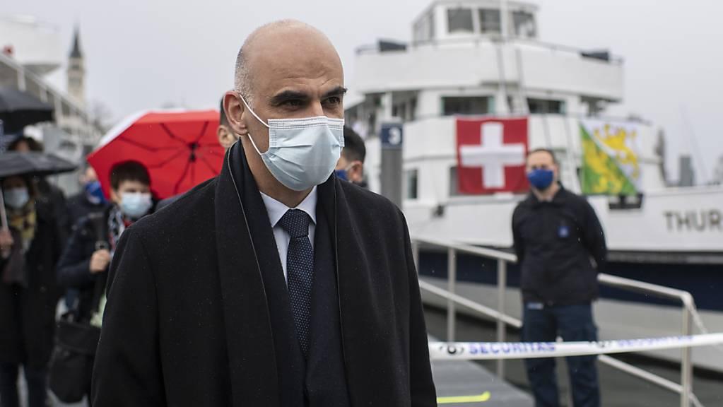 Das Thurgauer Impfschiff - im Bild Bundesrat Alain Berset bei seinem Besuch Anfang Februar - bleibt bis Ende Mai in Betrieb (Archivbild).