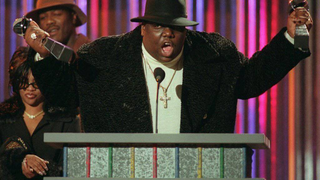 Notorious B.I.G. (a.k.a. Biggie Small), bei einer Preisverleihung 1997 - nun wurde der US-Rapper posthum mit einem eigenen Basketball-Platz in Brooklyn geehrt.