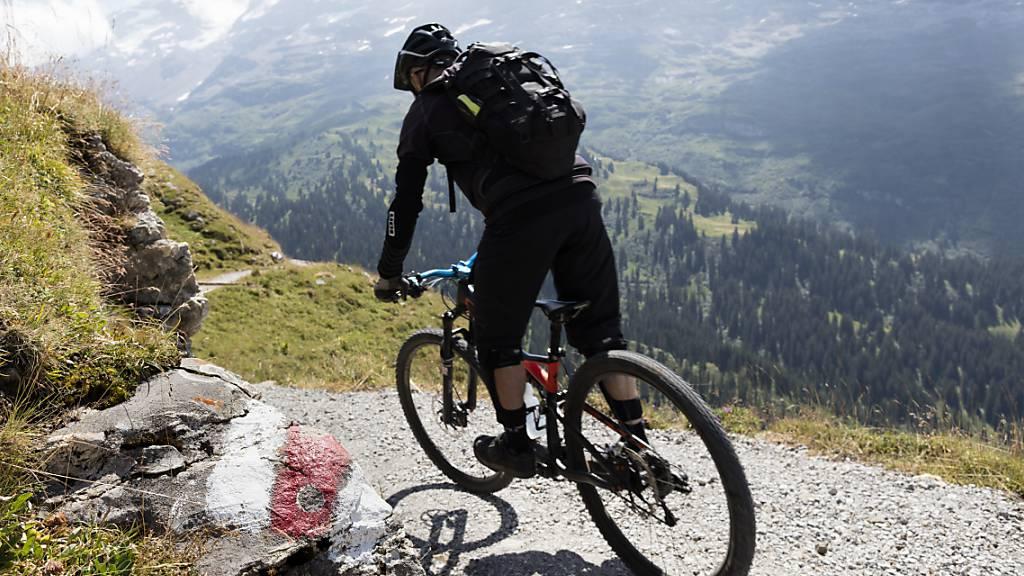 Ein Mountainbiker zwischen Engelberg und Melchsee-Frutt: Die Kantone Ob- und Nidwalden wollen den Ausbau des Bike-Angebots fördern. (Archivbild)