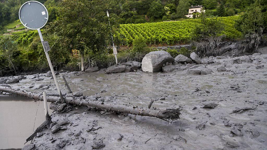 Die Suchtrupps haben Trümmerteile des Autos gefunden, das beim Unwetter in Chamoson VS von den Fluten mitgerissen wurde. (Archivbild)