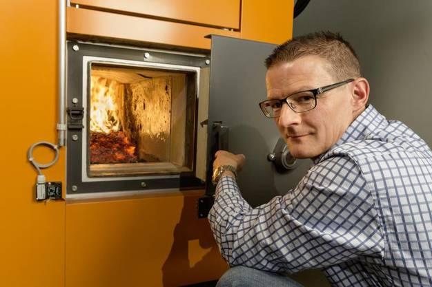 Forscher Thomas Nussbaumer weiss, wie man Holz richtig verbrennt.