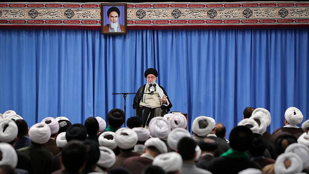 Ein Treffen zwischen dem Iran und den USA ist nach den Worten Ajatollah Ali Chameneis nur zusammen mit den Vertragspartnern des Atomabkommens möglich.