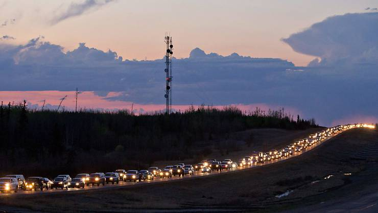 Bewohner von Fort McMurray verlassen per Auto ihre Stadt