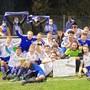 Der FC Lommiswil feiert nach dem 2:0 in Mümliswil den ersten Platz zur Saisonhälfte.