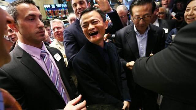 Hat allen Grund zum Lachen: Alibaba-Gründer Jack Ma (Mitte)