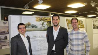 Vizeammann Matthias Jauslin mit den Architekten Frank Schneider und Patrik Marti (von links) vor dem Siegerprojekt der Eishalle.