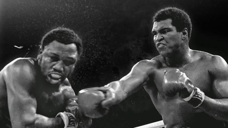 Muhammad Ali (rechts) und Joe Frazier boten sich mehrmals einen spektakulären Schlagabtausch