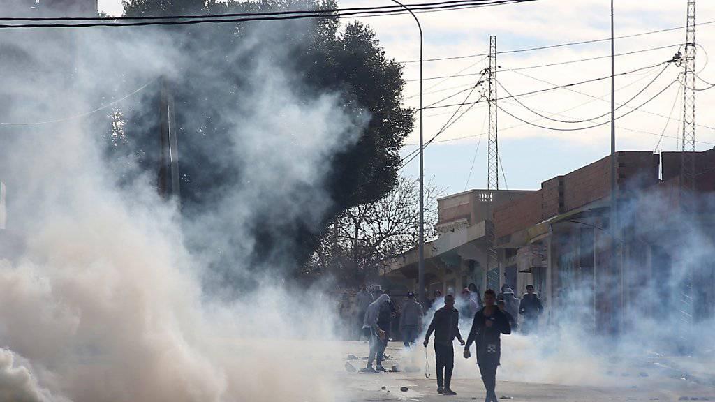 In Kasserine geraten Protestierende und Sicherheitskräfte aneinander.