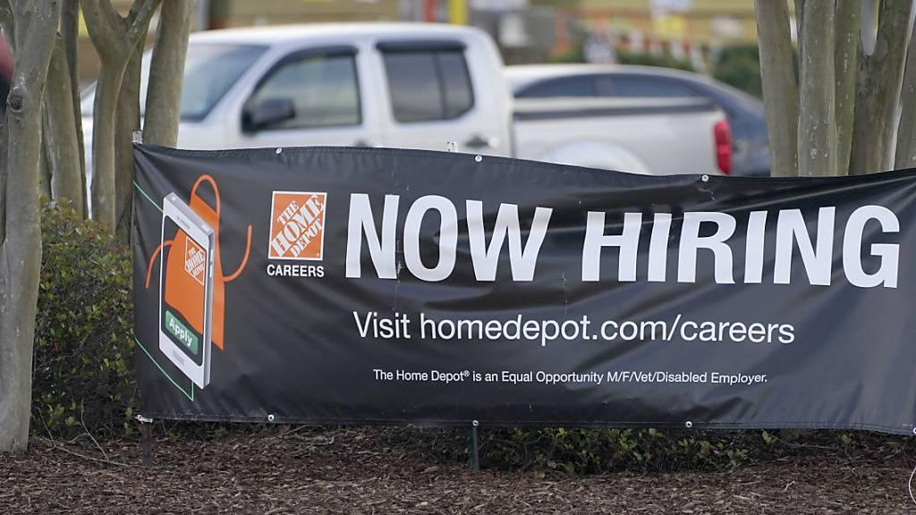 Die Zahl der US-Arbeitslosenanträge ist auf dem tiefsten Stand in der Corona-Krise. (Archiv)