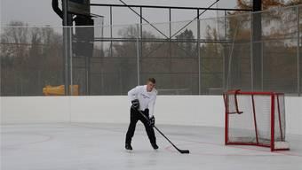 Auf der kleinen Eisfläche des Freizeitcenters Kuba in Rheinfelden gehen die Hobby-Eishockeyspieler bereits seit Mitte Oktober auf Torejagd. Dennis Kalt
