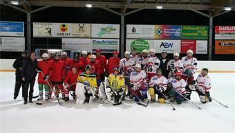 Am traditionellen Behörden-Eislauf massen sich Eishockey-Teams beider Länder – mit dem besseren Ende für die Schweiz (Team rechts). ach