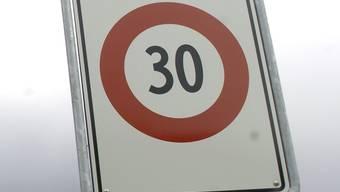 Der Bund erlaubt Tempo 30 nur auf Neben-, nicht aber auf Hauptstrassen (Symbolbild)