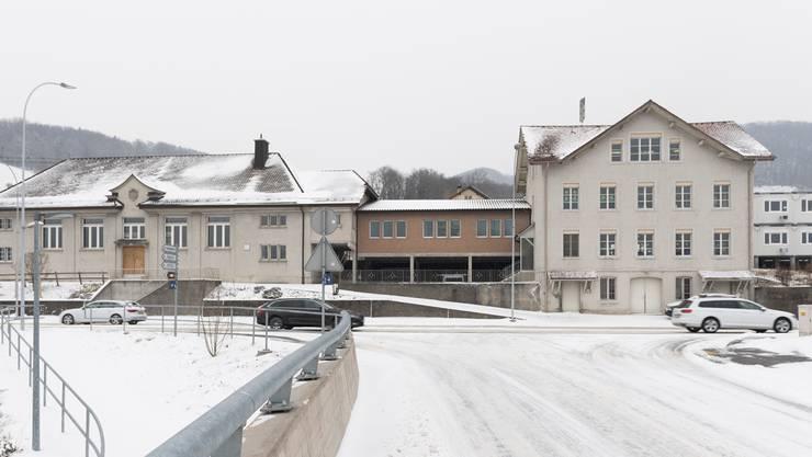 Die Turnhalle (links) stammt aus dem Jahr 1924, daneben ist die Gemeindeverwaltung und dann das Schulhaus von 1911. Ganz rechts stehen Containerprovisorien.