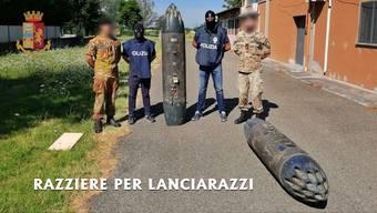 Italienische Polizisten mit den beschlagnahmten Raketenwerfer.