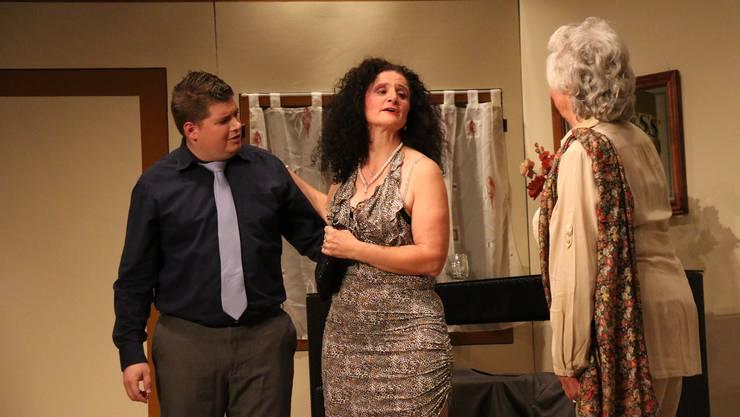 Das dürfte Ärger geben: Das Callgirl Vera (Hanni Spahn, Mitte) stellt sich Sandros Mutter (Kathy Glöggler, rechts) als dessen Freundin vor.