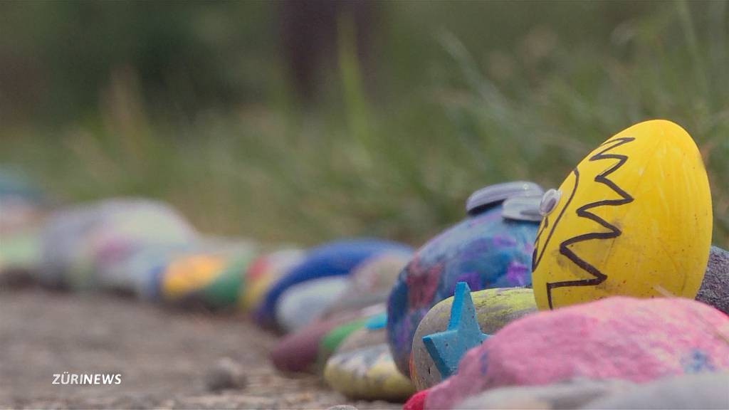 Farbenfrohe Steinschlange zieht durch Glattfelden