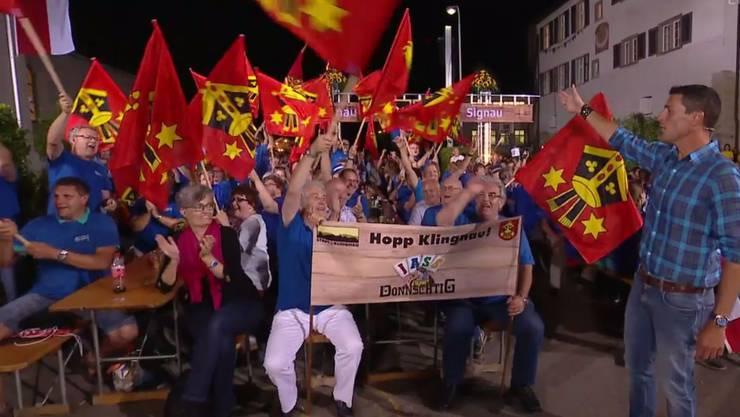 Moderator Roman Kilchsperger und die jubelnden Klingnauer Fans beim Sieg in Bürglen (TG) im letzten Sommer.