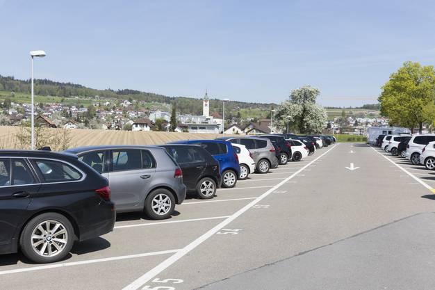 8. April: Um Osterausflüge zu verhindern werden Parkplätze am Hallwilersee und am Klingnauer Stausee gesperrt. (Archivbild: Parkplatz beim Schloss Hallwyl in Seengen)