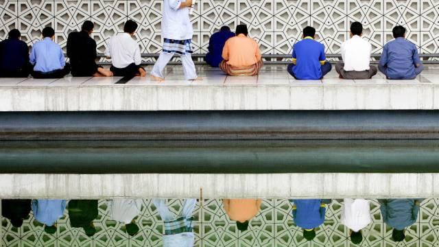 Muslime beten in einer Moschee in Malaysias Hauptstadt Kuala Lumpur