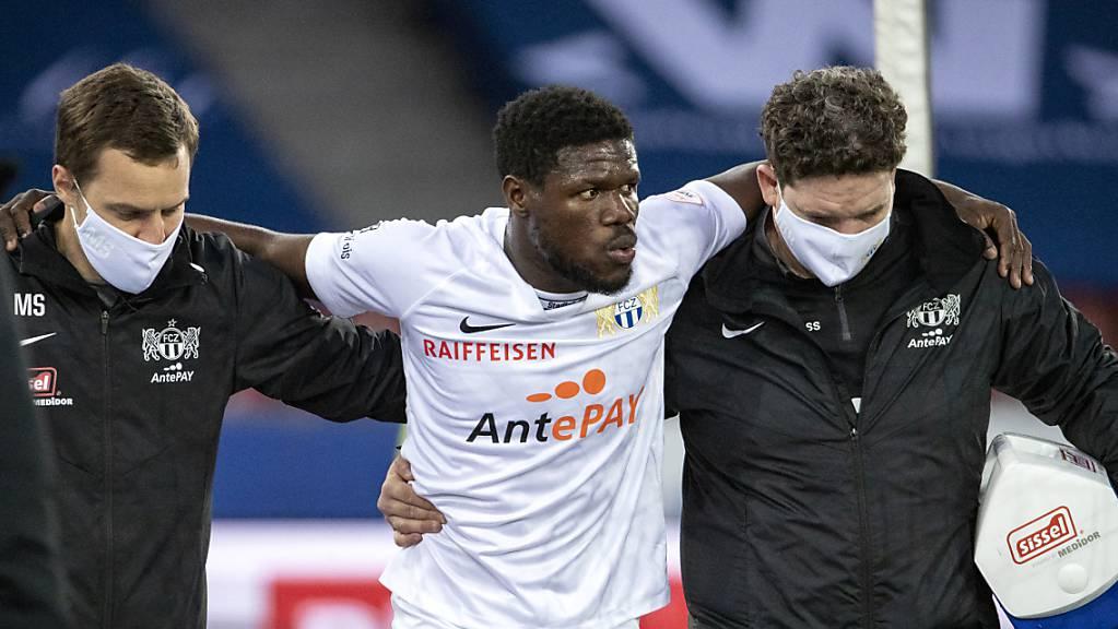 Im Match gegen St. Gallen musste Aiyegun Tosin vom Platz begleitet werden