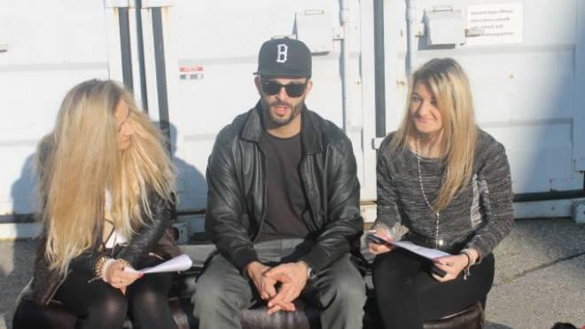 Rapper Bligg löste einen Begeisterungssturm aus bei den beiden Nachwuchsreporterinnen Jelena Ferrari (l.) und Rocio Eberle (r.). Foto: Daniela Andreoli (15 Jahre)