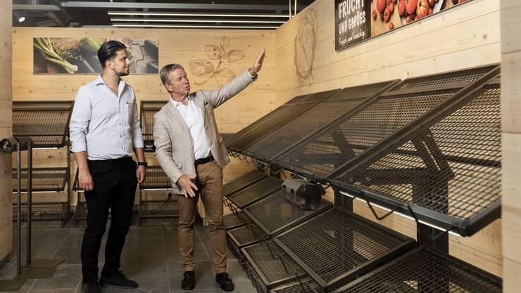 Verkaufsregionsleiter Peter Schmid (rechts) zeigt Geschäftsführer Amar Huseini, was bei der Einrichtung der Frischeabteilung beachtet werden muss.