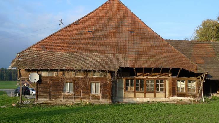 Das Haus liegt ausserhalb der Bauzone und hat daher beschränkte Erweiterungsmöglichkeiten. Es ist unbewohnt und steht nicht unter Schutz. Das Gebäude wurde von der Kantonsarchäologie im November 2015 untersucht. Durch die Holzalterbestimmung konnte der Kernbau auf das Jahr 1573 datiert werden. Bisher war man davon ausgegangen, das Haus stamme aus dem Jahr 1736. Aus fachlicher Sicht der kantonalen Denkmalpflege ist der Bau als potenzielles kantonales Denkmalschutzobjekt zu bewerten. Die Zukunft des Hauses ist ungewiss. (jm)