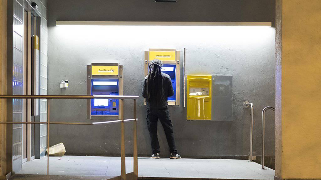 Viel Kunden können am Postomat derzeit mit der Kreditkarte kein Geld abheben. Wie lange das Problem noch besteht, ist noch nicht klar. (Archiv)